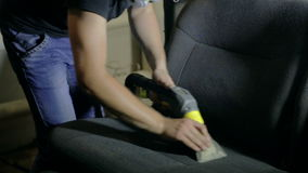 Mediados de limpiadores del hombre del tiro viejos y coche seco almacen de video
