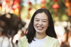 Mediados de mujer adulta de risa en Nanluoguxiang, Pekín Foto de archivo