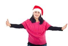 Mediados de mujer adulta del ayudante de Santa con las manos abiertas Imagen de archivo