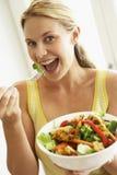 Mediados de mujer adulta que come una ensalada sana Imagen de archivo