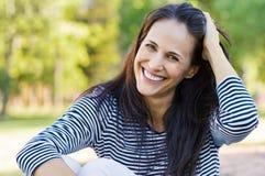 Mediados de mujer de risa en el parque foto de archivo libre de regalías