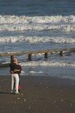 Mediados de pares de la edad que se besan en la playa Fotografía de archivo