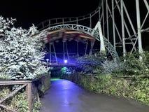 Mediados de sacacorchos del coloso en la noche foto de archivo