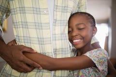 Mediados de sección de la hija sonriente de abarcamiento del hombre Fotos de archivo libres de regalías