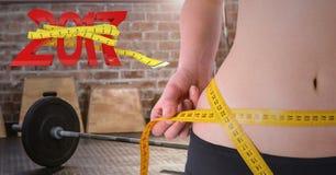 Mediados de sección de la mujer que mide su cintura contra 3D 2017 Fotografía de archivo libre de regalías