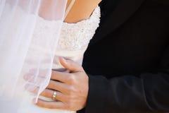 Mediados de sección del abarcamiento de los pares del recién casado Imagen de archivo libre de regalías