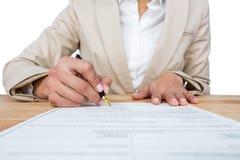Mediados de sección del formulario de relleno del contrato de la hipoteca de la empresaria fotografía de archivo