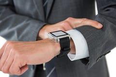 Mediados de sección del hombre de negocios que comprueba su reloj elegante Fotos de archivo libres de regalías
