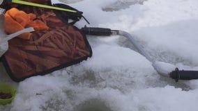 Mediados de sección de la pesca del pescador en nieve almacen de video