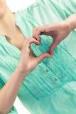 Mediados de sección de la mujer con la forma del corazón de fingeres Foto de archivo