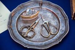 Mediados do século XIX compactos do gancho de cabelo das tesouras do prego em uma placa de metal Foco seletivo fotos de stock