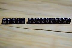 Medialnego konsultanta wiadomość pisać na drewnianych blokach obraz royalty free