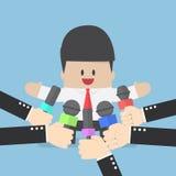 Medialni mikrofony trzymający przed biznesowym mężczyzna ilustracji