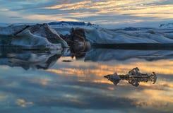 Medianoche de la foto en el lago Jokulsarlon Fotografía de archivo