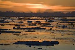 Medianoche Sun - Svalbard en el alto ártico imagen de archivo