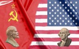 Medias banderas de los E.E.U.U. y de URSS así como los retratos de Vladimir Lenin y de George Washington imágenes de archivo libres de regalías