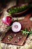 Medias cebolla roja e hierbas cortadas Fotografía de archivo