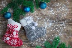 Medias de la Navidad en fondo de madera sitiado por la nieve con el bal azul Imagen de archivo