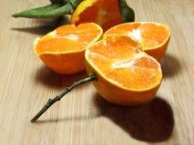 Medias mandarinas con hojas y una puntilla Imágenes de archivo libres de regalías