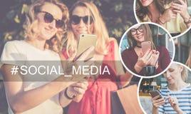 Medias sociaux Arbre dans le domaine Plan rapproché de smarfon dans des mains des jeunes femmes se tenant dehors Images libres de droits