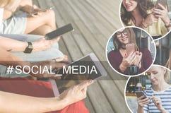 Medias sociaux Arbre dans le domaine Plan rapproché des smartphones et de la tablette dans des mains des jeunes femmes s'asseyant Image libre de droits