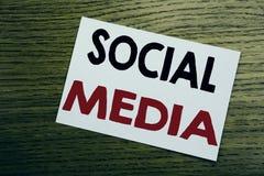 Medias sociaux Concept d'affaires pour le media social de la Communauté écrit sur la note collante, fond en bois en bois avec l'e Image stock