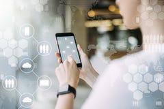 Medias sociaux Fille blogging, causant en ligne Technologie de nuage Fond brouillé images stock