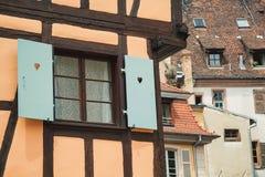 Medias ventanas viejas del fachwerk de la madera en casa en Colmar, Francia Imágenes de archivo libres de regalías