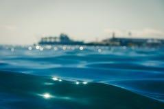 A medias visión, submarino y costa costa Imágenes de archivo libres de regalías