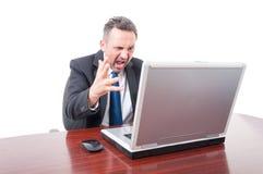 Mediatore arrabbiato che controlla mercato azionario immagine stock