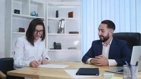 Mediatore che mostra al nuovo proprietario di una casa dove deve firmare un contratto archivi video