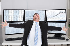Mediatore Laughing While Standing con le armi stese Fotografia Stock