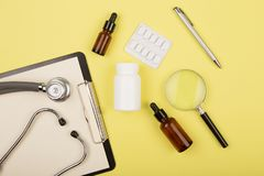 medica o local de trabalho - tabuleta médica, estetoscópio, comprimidos e lupa Fotos de Stock Royalty Free