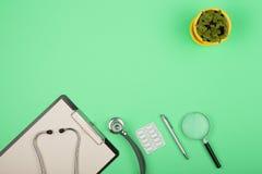 medica o local de trabalho - tabuleta médica, estetoscópio, comprimidos e lupa Imagens de Stock Royalty Free