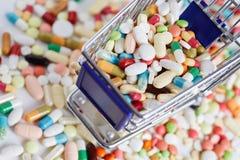 Medicación en un carro de la compra foto de archivo