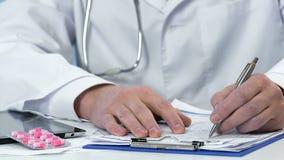 Medicación que prescribe del ginecólogo al paciente, píldoras rosadas que mienten en la tabla metrajes