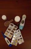 Medicaciones en la mesita de noche Fotografía de archivo libre de regalías