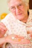 Medicaciones para una mujer mayor foto de archivo