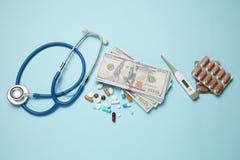 Medicaciones y dinero El coste de tratamiento y de seguro m?dico imágenes de archivo libres de regalías