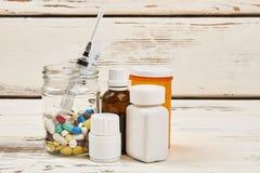 Medicaciones y jeringuilla imágenes de archivo libres de regalías