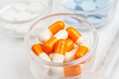 Medicaciones y p?ldoras en un tiro blanco del primer del fondo imágenes de archivo libres de regalías