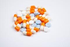 Medicaciones y p?ldoras en un tiro blanco del primer del fondo fotografía de archivo libre de regalías