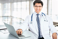 Medical doctor working with laptop Royalty Free Stock Photos