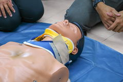 Medical dummy on CPR, in emergency refresher training to assist Royalty Free Stock Photos