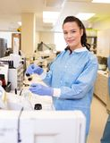 Medical lab tech performing urine analysis in lab Royalty Free Stock Photos