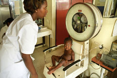 Medical research in Diakonessenhuis Hospital. Suriname, city, capital Paramaribo: in the private hospital Diakonessenhuis a toddler, cboy is weighed in the youth Stock Photography