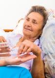 Medicamentação dada às pessoas idosas Foto de Stock Royalty Free