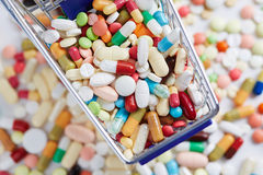 Medicamentação de cima no carrinho de compras Fotos de Stock Royalty Free