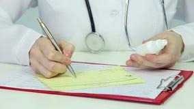 Medicamentação de prescrição do médico, completando o formulário da prescrição Horas da recepção filme