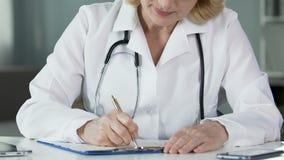 Medicamentação de prescrição do médico fêmea na clínica, doutor profissional no trabalho vídeos de arquivo